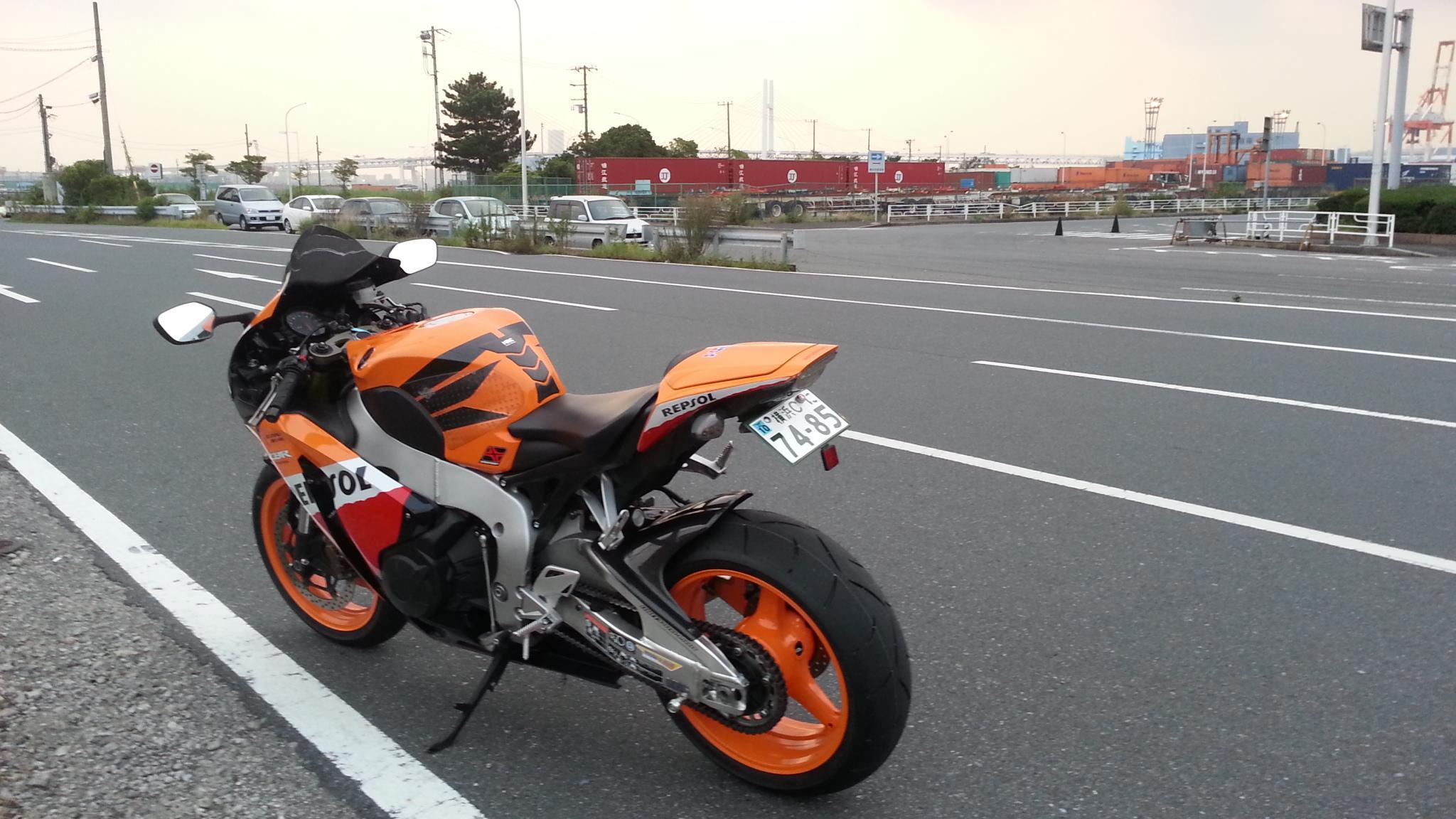 バイクでヒザをすれるようになるには  -こんにちは。私はスーフォア- 輸入バイク | 教えて!goo