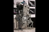 前方吸気・後方排気の新設計専用エンジン