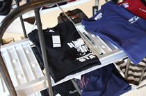 Tシャツが並ぶ棚は、ラダーレールを流用したもの。こうしたバイク用品をうまく使うのがマックスフリッツ流だ。