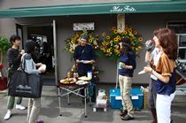移転リニューアルオープンの当日は、ドリンクや軽食がふるまわれた。