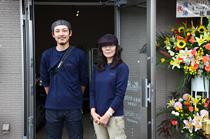 佐藤一貴店長と、常連客のひとりでありヘルプスタッフでもあるミッチョンが、店を盛りたてる。