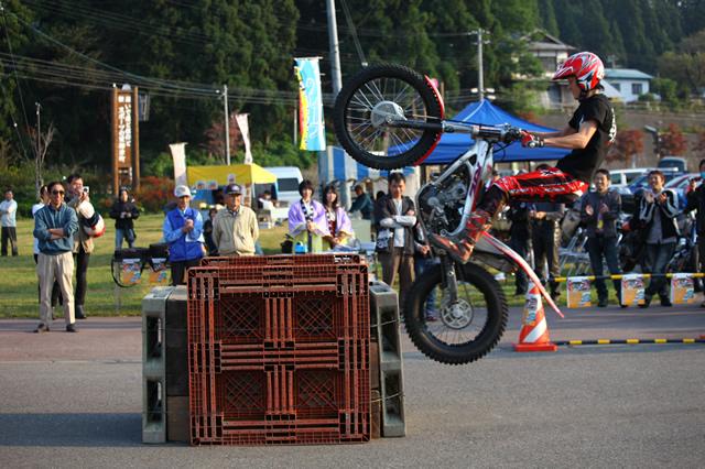 柳津町在住のバイク愛好家の呼びかけで、いわき市のトライアルライダーがデモライドを披露した。