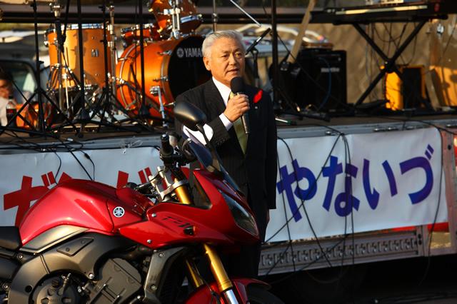 イベント会場で来場者にあいさつをする井関庄一・柳津町長。