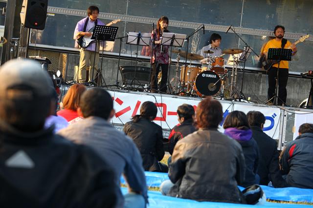 ステージではバンドによるライブが行われ、ジャズや歌謡曲が演奏された。