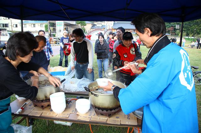 柳津町のみなさんからは「きのこ汁」がふるまわれ、来場したライダーたちは冷えた体を温めた。