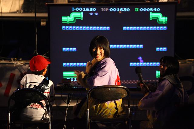 ゲームアイドルを自称する杏野はるなさんによる、ゲーム対戦イベント。対戦種目はマリオブラザーズ!