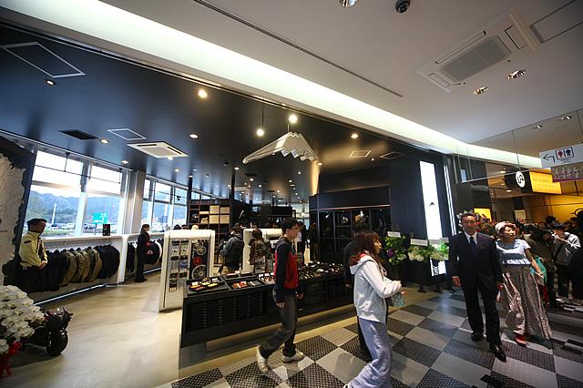新東名・清水PAに開店した「クシタニパフォーマンスストア」。年中無休、営業時間は9:00~21:00