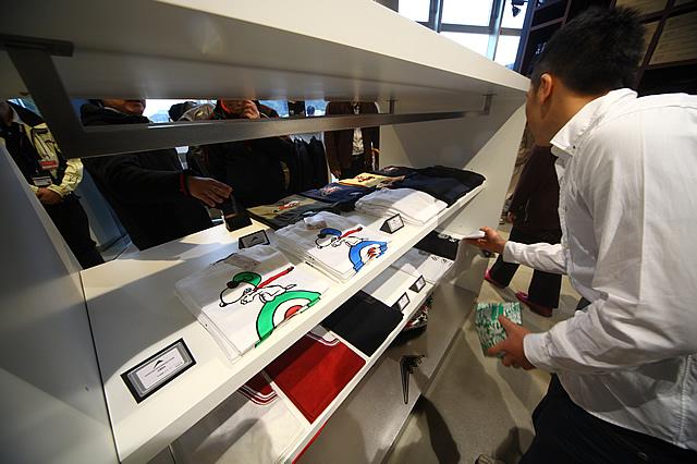 ファッションデザイナー・荒川眞一郎氏とのコラボ作品も、ここでしか手に入れられないレアアイテムだ