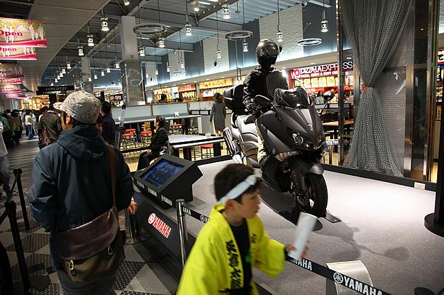 ショッピングモールにはヤマハによる車両展示もされ、バイクの魅力を広くアピールしている