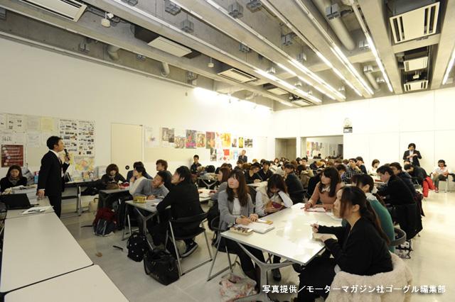 『東京デザイン専門学校 トライアンフエコバッグデザインプロジェクト 2012』オリエンテーションに参加する学生たち。これから行われるプロジェクトの主旨に耳を傾ける。