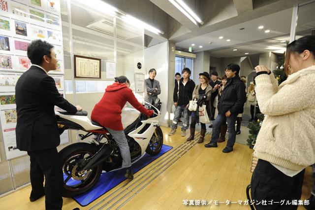 デザイン制作期間中、東京デザイン専門学校の1階ロビーにトライアンフのスーパースポーツモデル【デイトナ675R】が展示された。「モーターサイクルに馴染みの少ない」学生たちにとって、はじめて触れる英国車は新鮮そのもの、跨ることすらビッグイベントの様子だった。