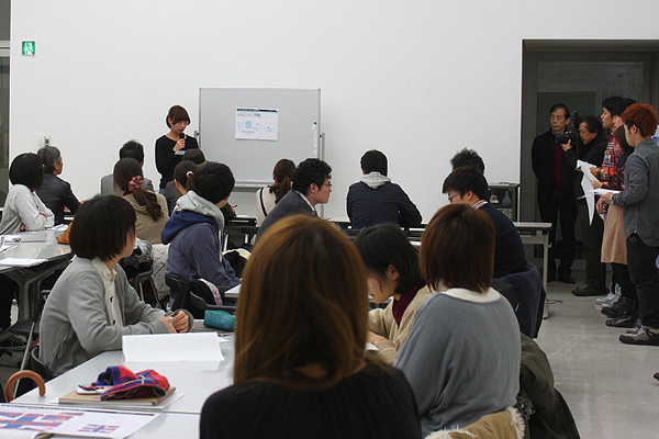 自ら手がけた作品を手に、50名の学生が順番にプレゼンテーション。