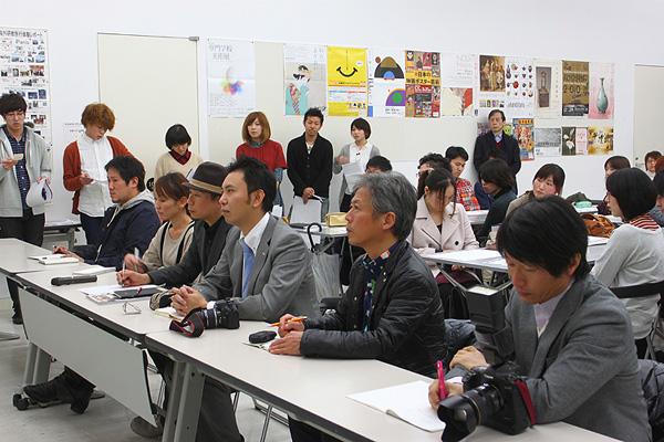 大西氏ほか、各メディアの代表者が並び、ひとりひとりの解説に聞き入っていた。