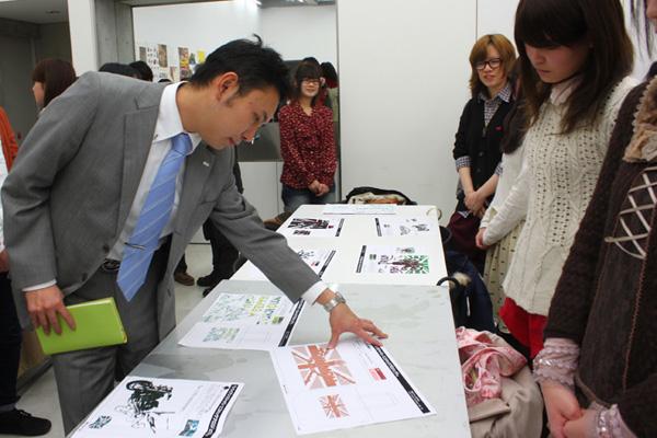 プレゼン後、審査員が会場内をまわり、作品を再度チェック。審査員が学生に作品の意図についてヒアリングするシーンが見られた。