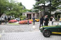 大使公邸前に展示されたイギリスを代表する自動車