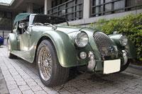 古き良きイギリスの雰囲気を伝えるヴィンテージカーも