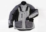 リアットブレイスを装着したまま着用できるオールシーズン対応の多機能ツーリングジャケット