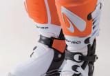 オフロードライディングに必要な足首の動きとプロテクション性を両立したブーツ