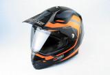 アウターバイザーとインナーバイザーを標準装備するデュアルパーパスヘルメット
