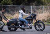 【バイク足つきチェック】2018年型ハーレー SPORT GLIDE 足つきは良好?! シート高680mmのスポーツグライド