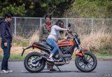 【バイク足つきチェック】2017年型ドゥカティSCRAMBLER Sixty2 中型免許で乗れるドゥカティ、その足つきは?