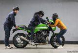 【バイク足つきチェック】2018年型カワサキZ900RS CAFE カフェレーサー仕様の大型バイク、女子たちの足つきは?