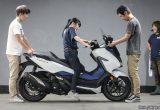 【バイク足つきチェック】2018年型FORZA/幅広いシチュエーションで乗りたい250ccスクーターの足つきはどうか?!