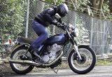 【ヤマハ SR400試乗記事】発売40周年で再々復活。極低速域での粘り強さが光るエンジン