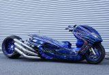 ヤマハのマジェスティをベースに製作されたビッグスクーターカスタム「360/18インチで武装した伝説の青マジェ」