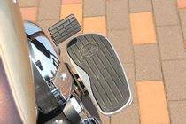 アメリカンらしいディテールといえばステップボード。足全体を置くことができ、ツーリング時は非常にラクだ。