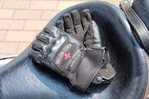 グローブはバイクの量販店で購入したというイエローコーン製をチョイス。防水加工が施されており、雨の日でも問題なし。