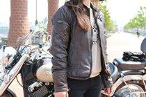 """バイクと同カラーのベイツ製のジャケットをチョイス。さり気なくパッドがデザインされており、雰囲気のある一着だ。"""""""