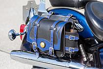 サドルバッグはラフ・テールの2012年限定カラー品。バイクに合わせたブルーのカラーで、統一感を出している。