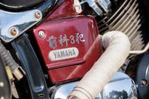 サイドカバーには所属するバイクチームのステッカーが。YAMAHAのロゴもスワロフスキーでドレスアップ!