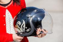 ジェットヘルメットはshionの限定モデルをチョイス。「シルバー&ゴールドラメが可愛い!」。