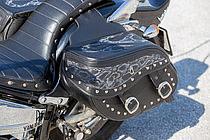 アメリカンの定番アイテムであるサドルバッグ。バイソン柄のフレアパターンがワイルドな雰囲気を醸し出している。
