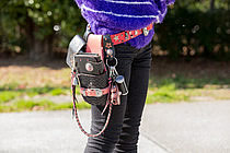 財布や携帯ケースなど、革小物は大好きなブランド「ALZUNI」で統一。「黒×ピンクの組み合わせが気に入ってます」。