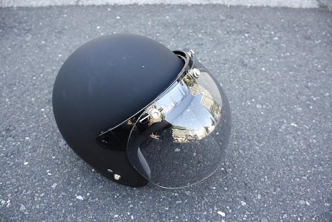 ヘルメットはジェットタイプでバブルシールドを装着。カラーはマットブラックとなる。