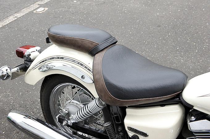 ブラック×ブラウンのレザーシート。「彼氏を後ろに乗せるのでタンデムシートは必須です(笑)」。