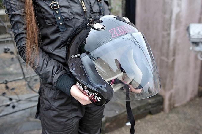 ピンクのラメやポップなデザインが気に入って購入したシールド付きヘルメット。「シールドは必須でしたね! 雨なんか突然降ってきたら……(笑)」。