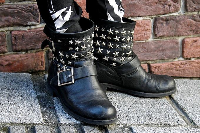 ショートブーツはJimmy ChooのBIKERシリーズ日本限定モデル。持っているブーツは黒が多いのだとか。