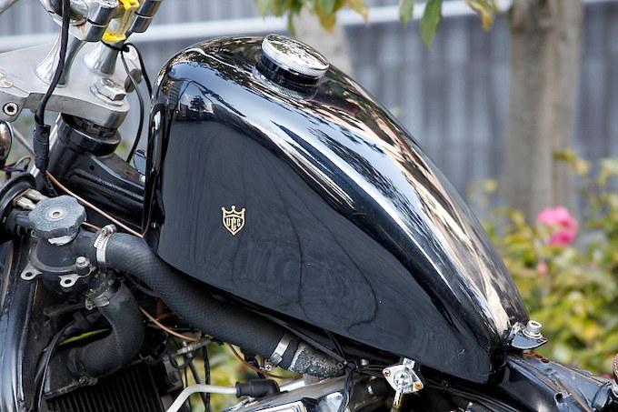 ブラックのタンクは飽きのこないシンプルなデザインに。ゴールドのUCCのロゴがアクセントになる。
