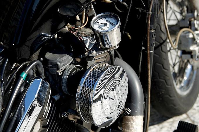 スピードメーターはサイドに移設しているので、ハンドル周りもスッキリと片づけられている。