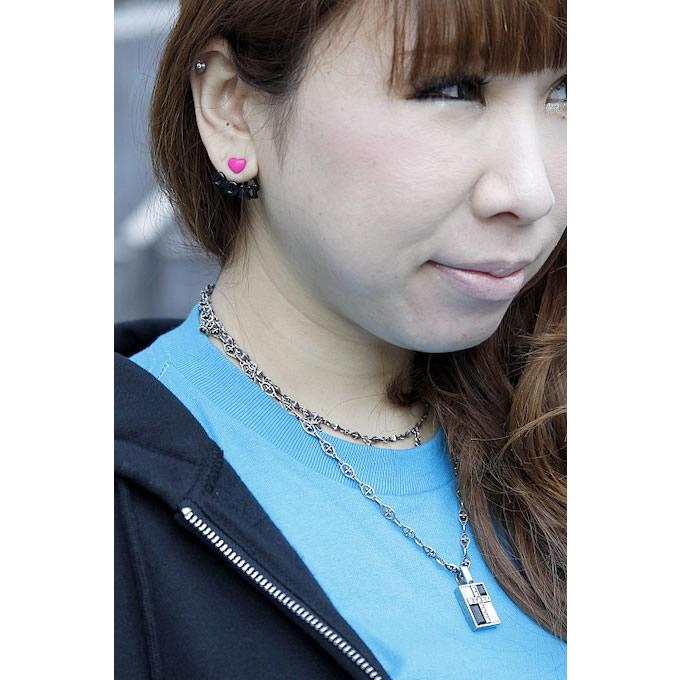 二連ネックレスで首元にはゴージャスさをプラス。ピアスはポップなものを多めに付けるのが好きなのだとか。