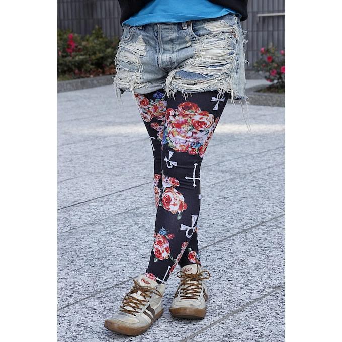 ダメージショートパンツに花柄のレギンスを合わせ、女性らしいカラフルな装いにコーディネート。