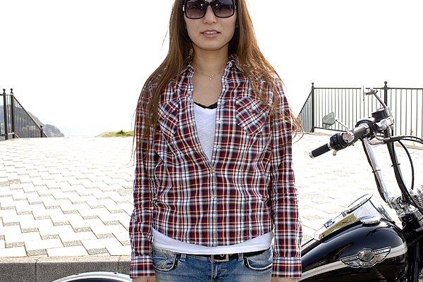 差し色のチェックシャツはアウターとブーツのダークなカラーの印象を緩和。短い着丈のバランスもベルトのチラ見せ効果に一役買っています。