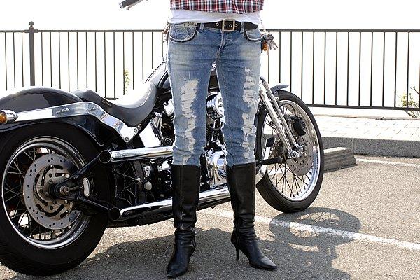クラッシュ加工が施されたスキニージーンズをブーツイン!足元をスッキリ見せています。ファッション性で見たらエンジニアブーツよりも、オシャレ感がUPしますね!こんなブーツで踏まれたいと思う人もいるんじゃない?(笑)
