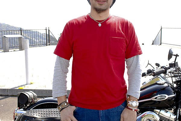 ライダースからチラリと覗く差し色の赤いTシャツは良かったのですが、この季節ですとアウターを脱ぐ機会も増えてくるので、インナーの手抜きは禁物です! アウターを脱ぐとインナーがチョッと寂しいですね。