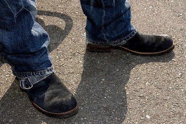 エンジニアタイプのブーツはバックスキン素材。表革のハードな印象とは対照的にタウンユースでも最善の一足。毛足があるバックスキンはチェンジペダルでの傷が目立ってしまうけど、シーソーペダルだからこその特権ですね。
