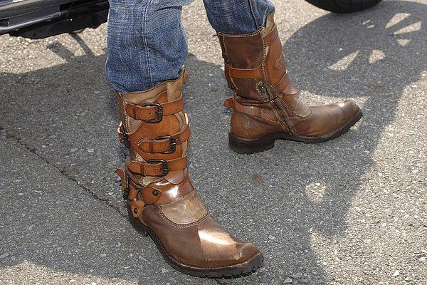 複数のベルトがアクセントになった個性あるブーツ。そのインパクトが大きいですが、突出させずに全身を上手くコーデしています。